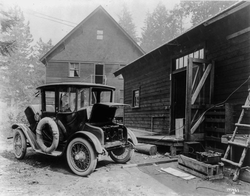 coche-electrico-siendo-cargado